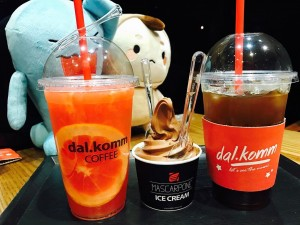 From left, a cup of a kind of ice grapefruit ade, a cup of chocolate icecream, a cup of ice americano.